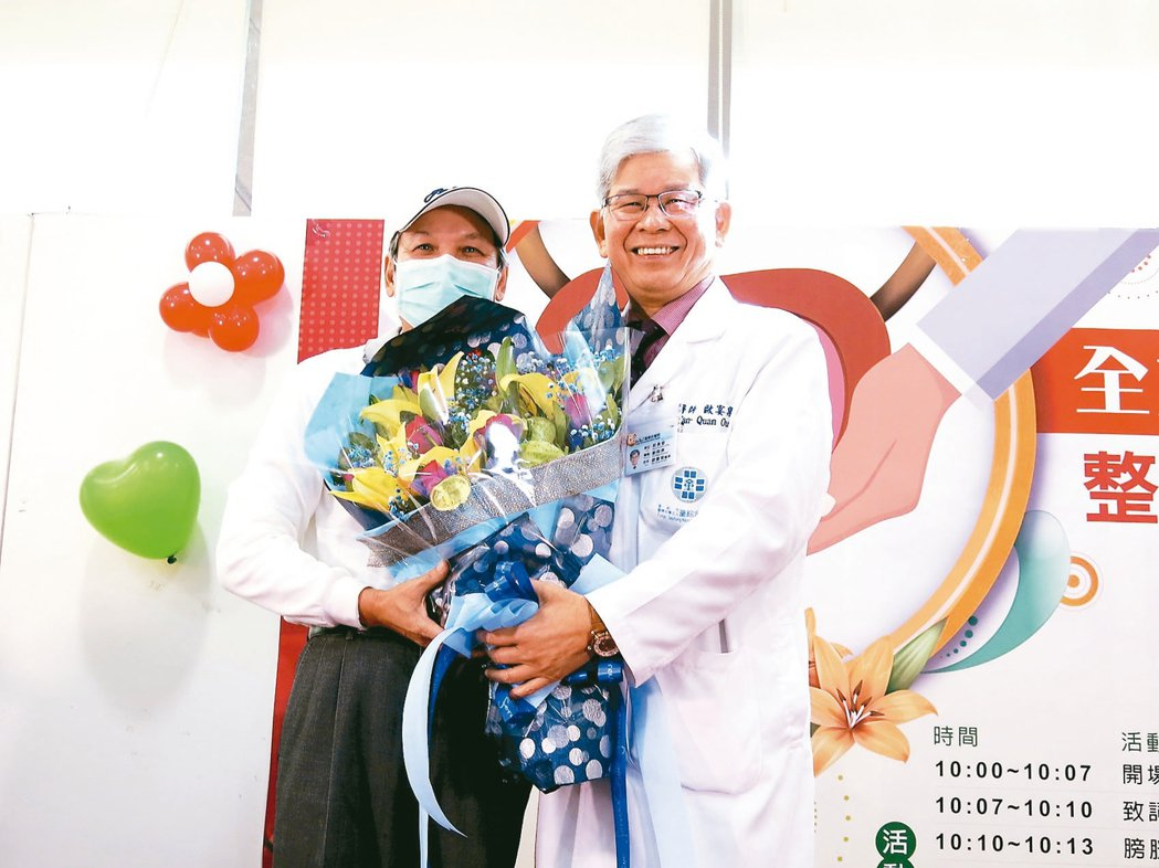 邱姓患者(左)術後復元良好,昨獻花向醫療團隊表達謝意。 記者黑中亮/攝影