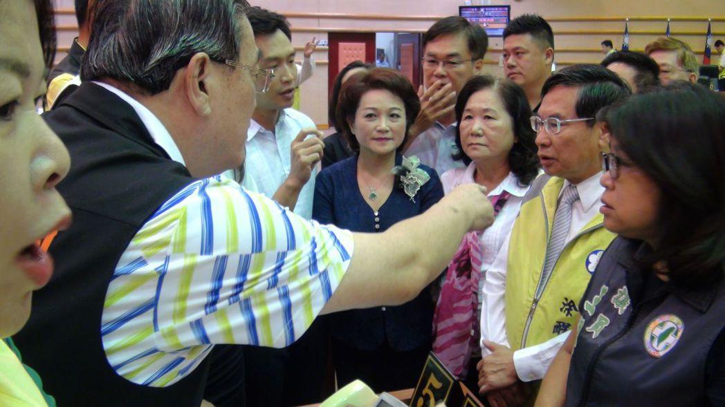 定期會中場休息時間,嘉義市長涂醒哲走上前與議員溝通。 記者王慧瑛/攝影
