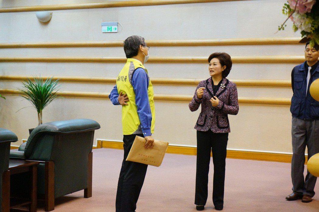 議員質詢題目,府會聯絡人(左)可能最先知道。中為嘉義市議會議長蕭淑麗。 圖/聯合...
