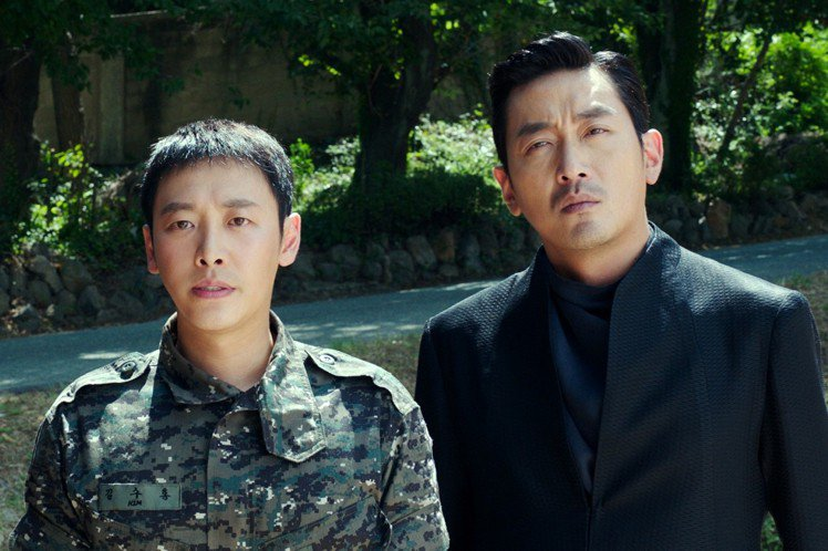 河正宇(右)與金東昱(左)合作演出電影「與神同行」。圖/采昌提供