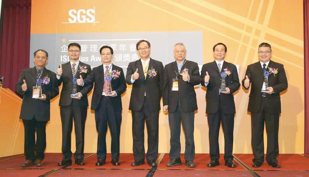 台灣SGS資深副總裁黃世忠(中)與ISO 9001 Plus Aword得獎廠商...