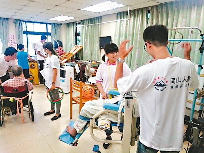 南山人壽板橋直轄通訊處自2016年開始與在地醫院合作,每個月同仁自組志工團隊,定...