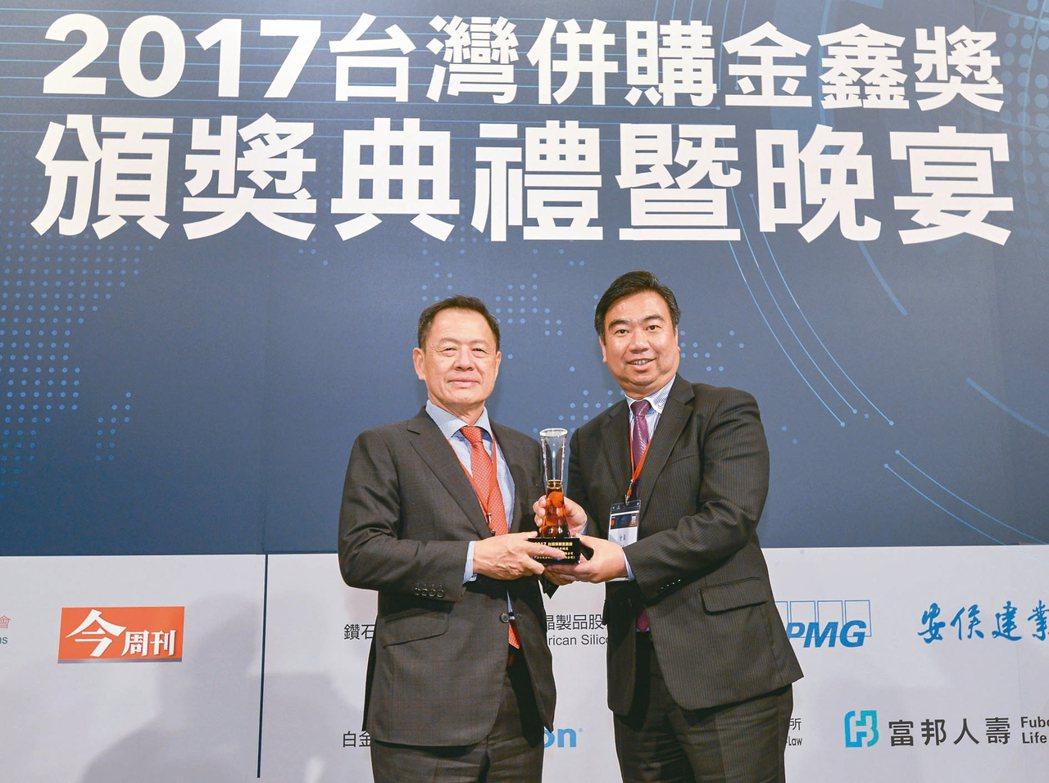 配合政府政策,提升產業競爭力,中國信託三度獲得「年度最具代表性併購獎」,台灣併購...