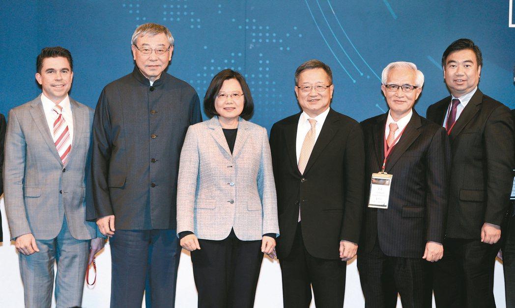 蔡英文總統(左三)昨晚出席「台灣併購金鑫獎」頒獎典禮,並與台灣併購與私募股權協會...
