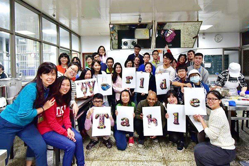 宜蘭大學透過舌尖上的文化交流,拉近了大學生、社區與旅居宜蘭外籍朋友的距離。 宜蘭...
