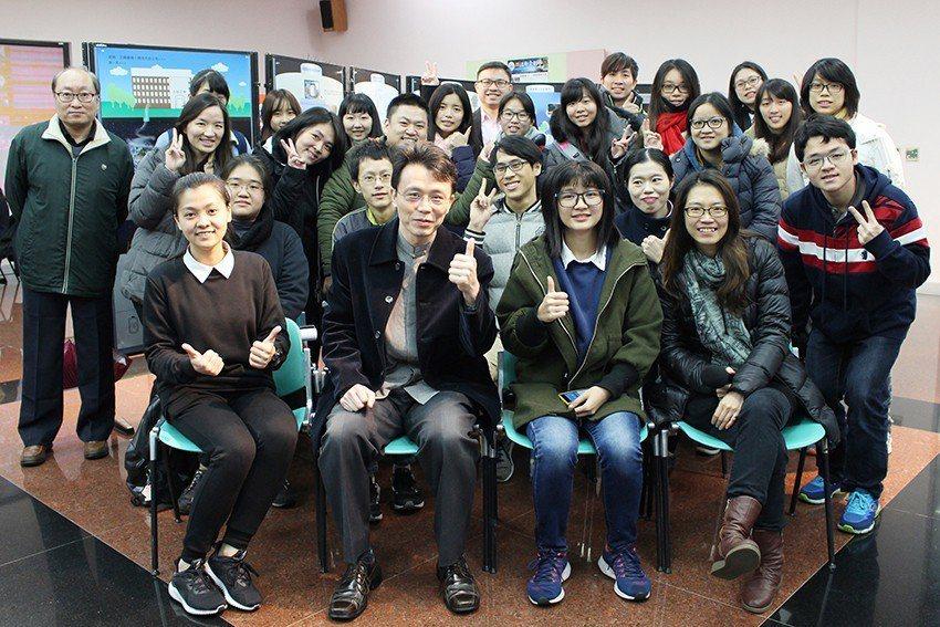 台塑企業文物館館長王光正(前排左二)與策展團隊合影。 長庚大學/提供