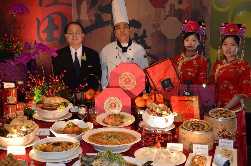 張煜焜總經理(左一)、高文強行政主廚(左二)推薦桂田酒店今年的外帶年菜。 陳慧明...