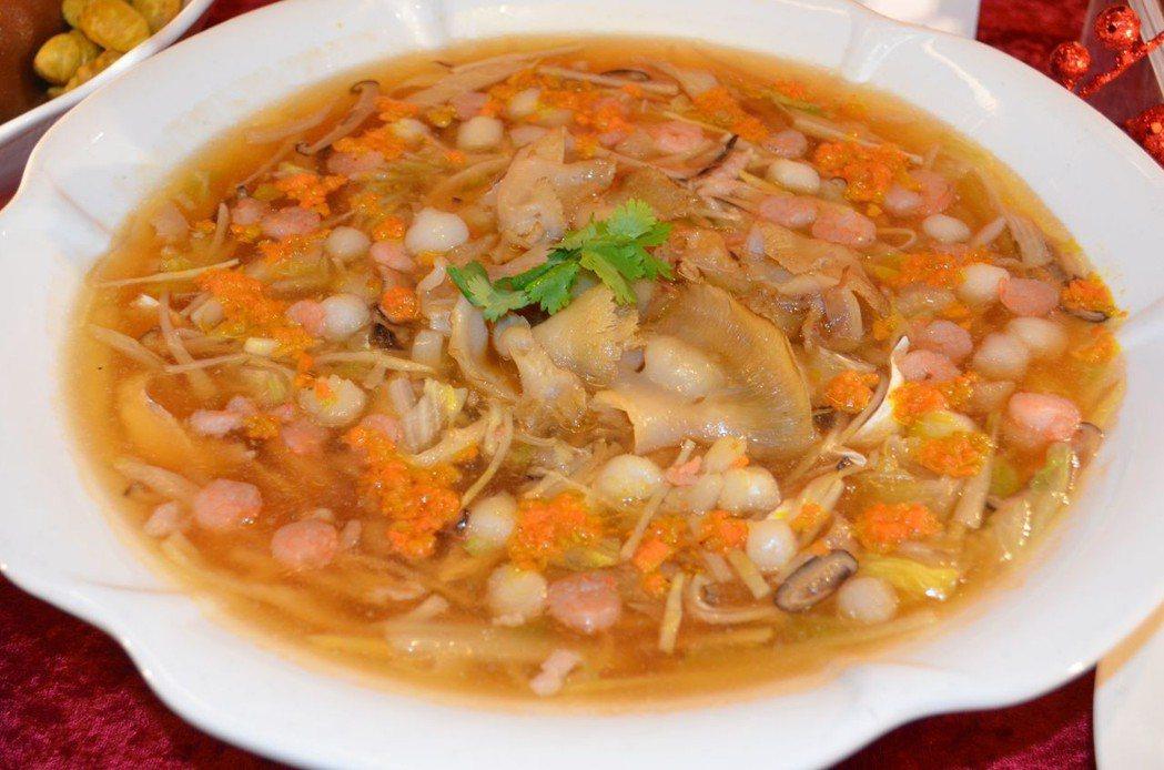 桂田酒店的外帶年菜食材料好豐富。  陳慧明 攝影