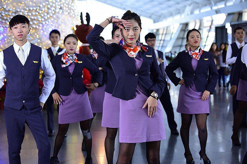 萬能科大航服系同學為桃園機場旅客帶來一場快閃熱舞。 萬能科大/提供