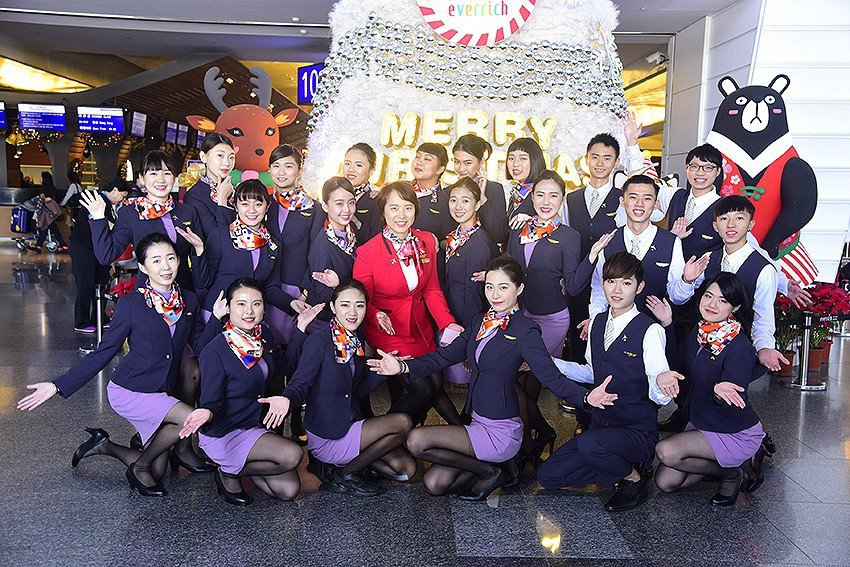 萬能科大航服系師生祝福旅客耶誕快樂。 萬能科大/提供