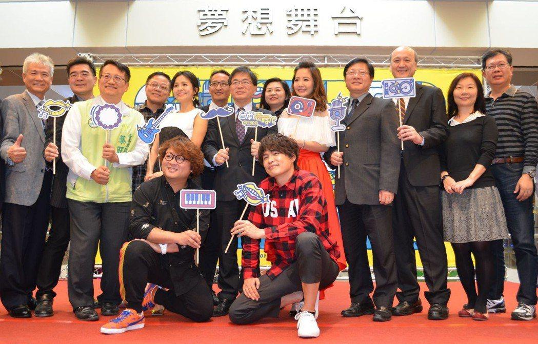 李孟諺(中間穿西裝者)邀請民眾到臺南參加跨年三部曲活動。 陳慧明攝影