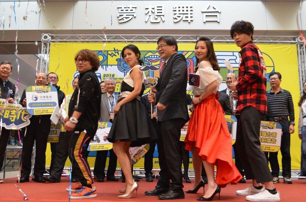 李孟諺與主持群一起表演「抖肩舞」。 陳慧明 攝影