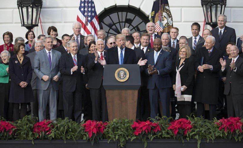 川普總統終於完成上任以來第一件成功立法,在國會參眾兩院20日通過30年以來最大規...