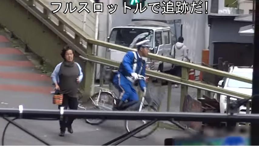 警察見狀立刻騎腳踏車追趕。圖擷自Youtube