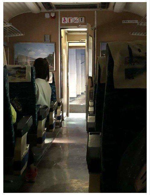 一名網友搭火車南下,發現火車頭竟然自己跑走了。圖擷自爆廢公社