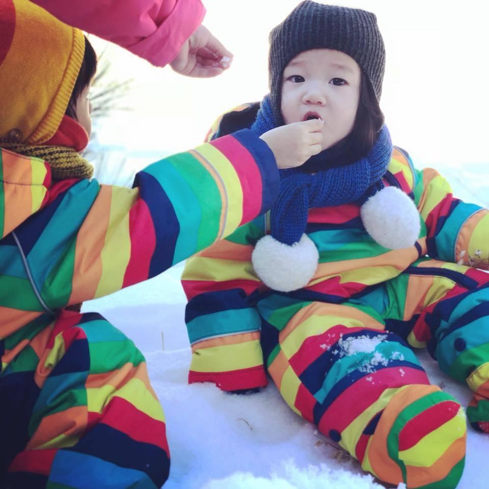 Max(左)餵妹妹Lucy(右)嚐雪。 圖/擷自隋棠臉書