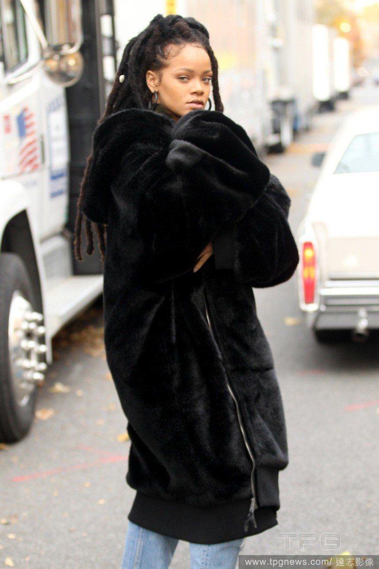 蕾哈娜在《瞞天過海:八面玲瓏》拍攝現場。圖/達志影像
