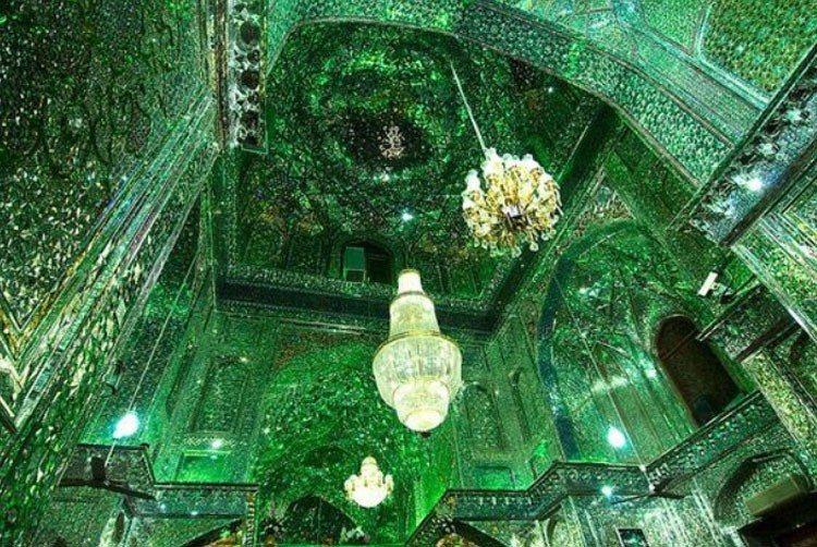 「燈王之墓」裡的天花板到牆壁,都裝飾著數百萬個鏡子碎片,陽光一照進來,讓人以為自...