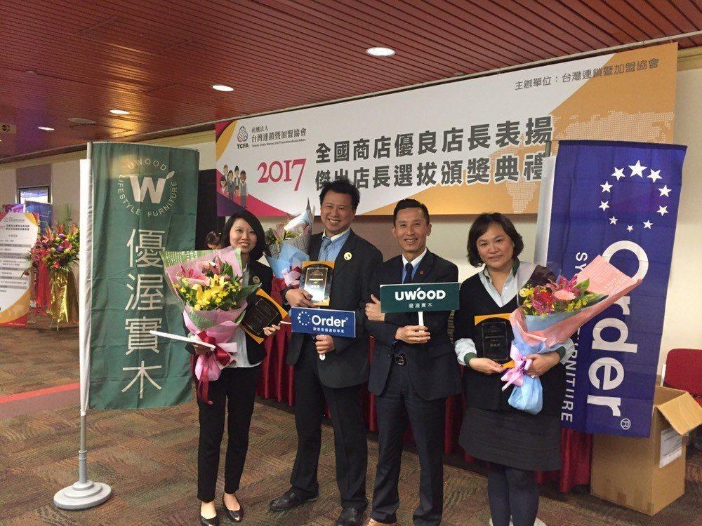 歐德集團副董事長馬國慶 (右二)特別前往鼓勵歐德集團三位優良店長。