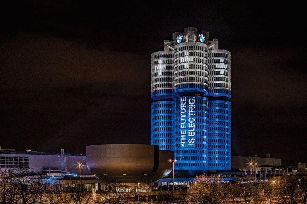 慶祝集團電動車年銷破十萬輛,BMW總部搖身變成大型電池。 摘自BMW
