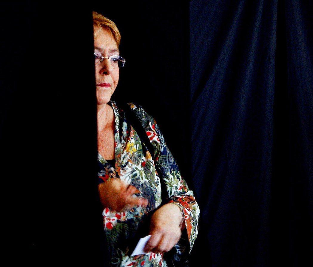智利女總統巴舍雷12月17日抵達投票所準備投票。 (歐新社)