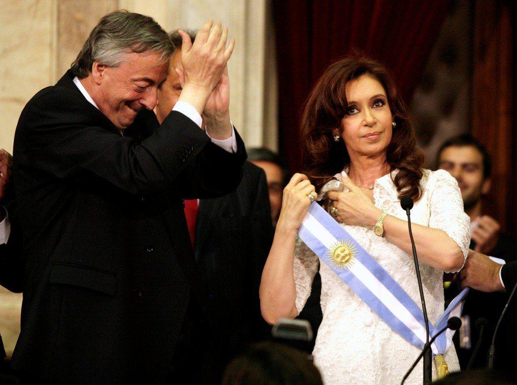 阿根廷前總統費南德茲2007年宣誓就任總統時,她的丈夫,當時的卸任總統柯契納於一...