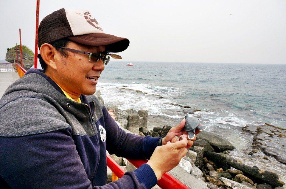 蔡正男拿著各種海龜模型講解。(攝影/林郁姍)