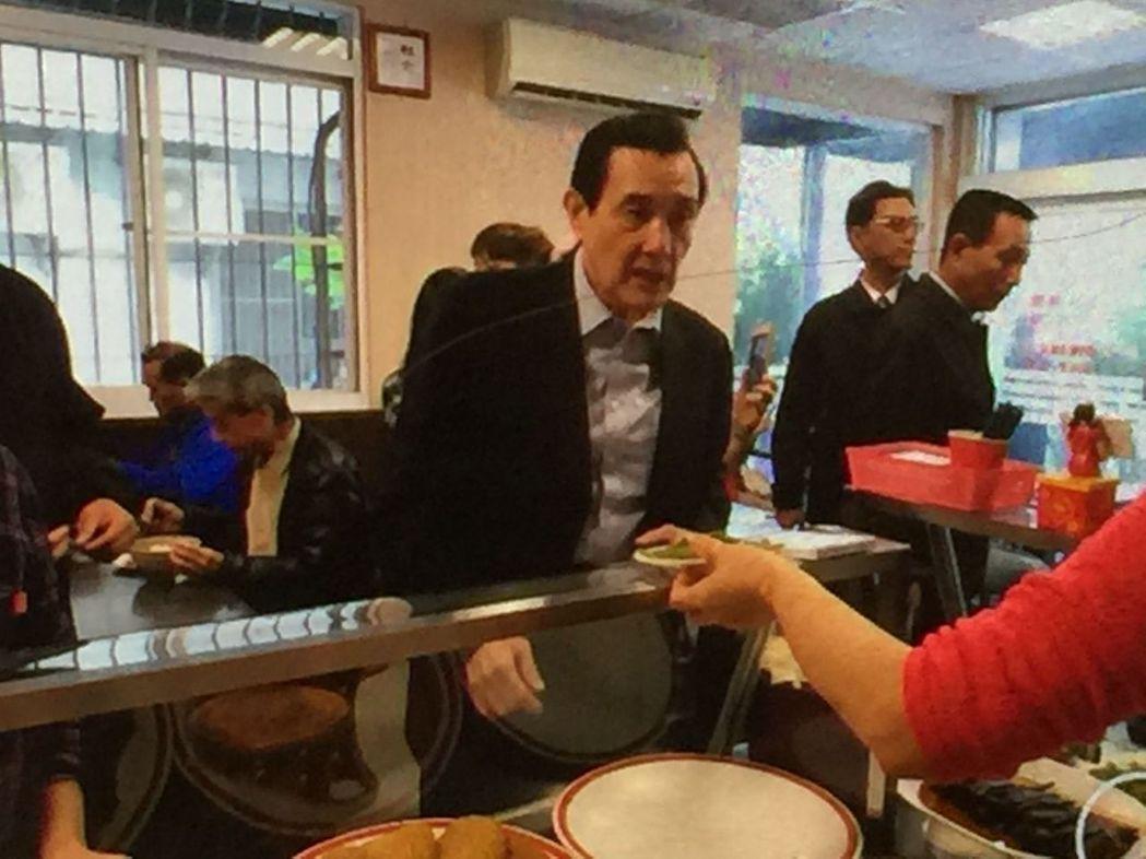 前總統馬英九(中)19日中午到高雄市一家牛肉麵店用餐,店內還有其他客人。圖/牛肉...