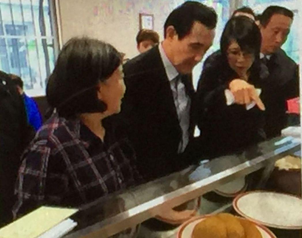 前總統馬英九(左二)、夫人周美青(左三)19日中午到高雄市一家牛肉麵店用餐,跟其...