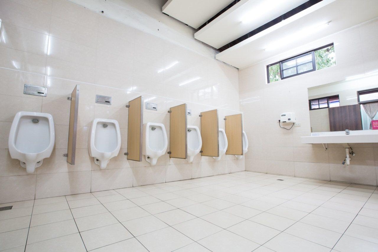孔廟的廁所明亮乾淨,獲得觀光客讚賞。圖/環保局提供