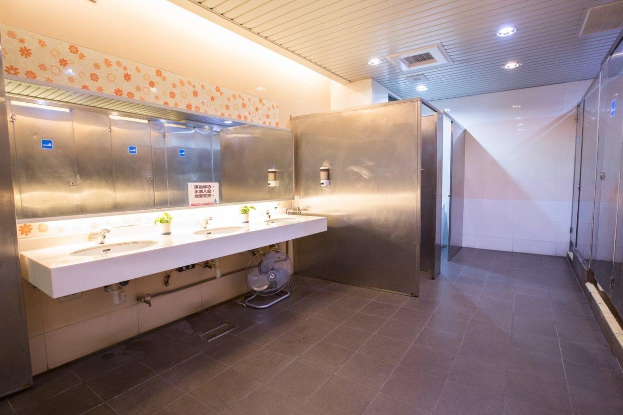 士東市場的公廁讓民眾擺脫對市場又濕又髒的印象,還規劃親子廁所,十分舒適。圖/環保...
