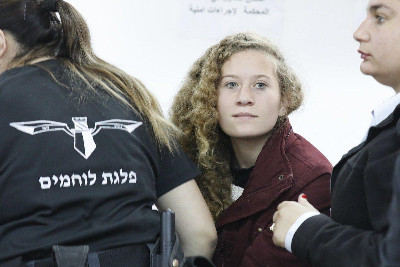 16歲的巴勒斯坦女孩艾赫德‧塔米米15日攻擊以色列軍人後遭逮捕,圖為她20日出席...