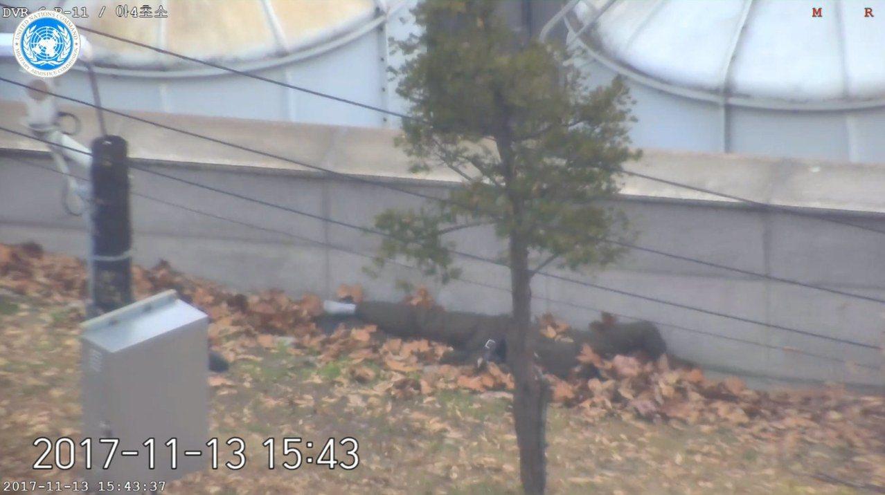 圖為11月13日叛逃的北韓士兵畫面。歐新社