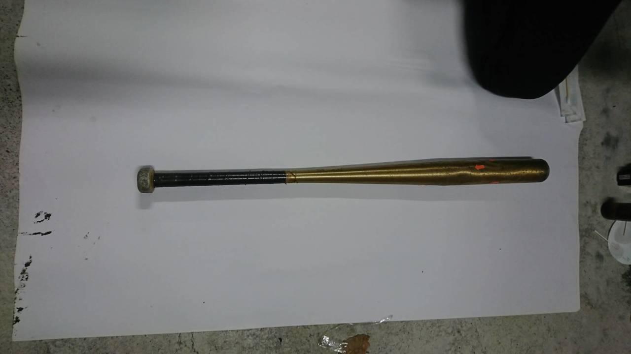 警方起出許嫌犯案用的鋁棒。記者陳雕文/翻攝