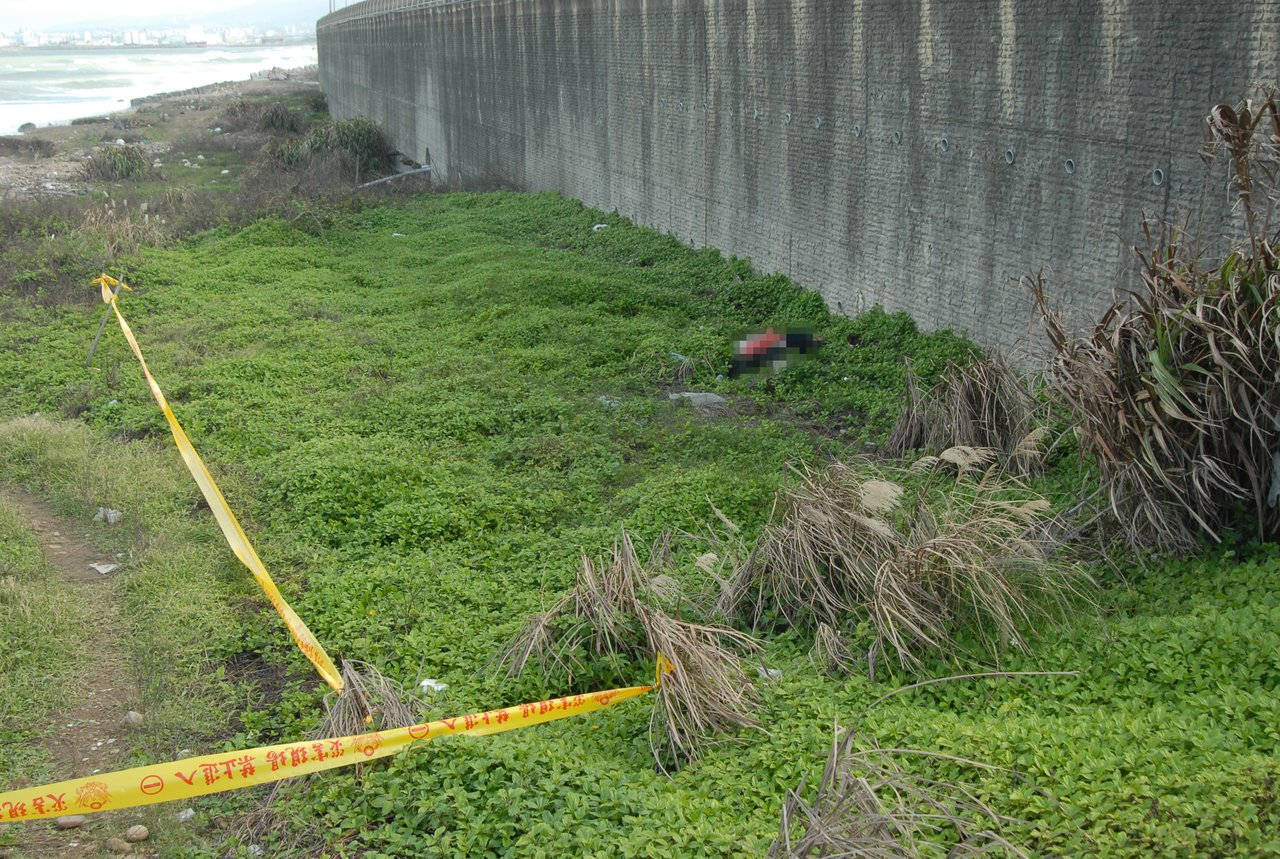 林口區一位民眾昨天早上10點在台15線南下15.5公里割草時,發現1名疑似女子陳...