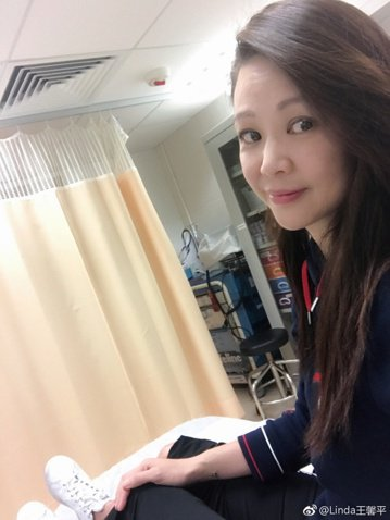 目前已經是半退隱狀態的90年代知名玉女歌手王馨平,日前在馬爾地夫度假時不慎發生墜海意外,幸好她處變不驚自己游上水面,但頭部與腳部還是受到輕傷。她在微博上傳坐輪椅以及在醫院就診的照片,並發文說「只需一...