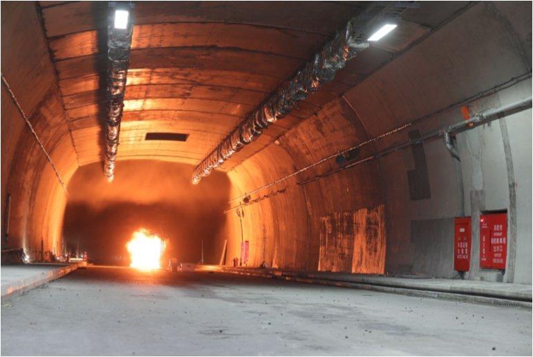 日前工程單位為蘇花改東澳隧道進行一場「火盆的考驗」,放火燒隧道測試水霧系統是否如...
