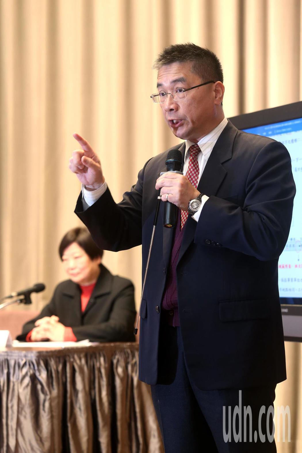 行政院上午由發言人徐國勇(右)和勞動部長林美珠(左)舉行記者會,針對勞基法修正案...