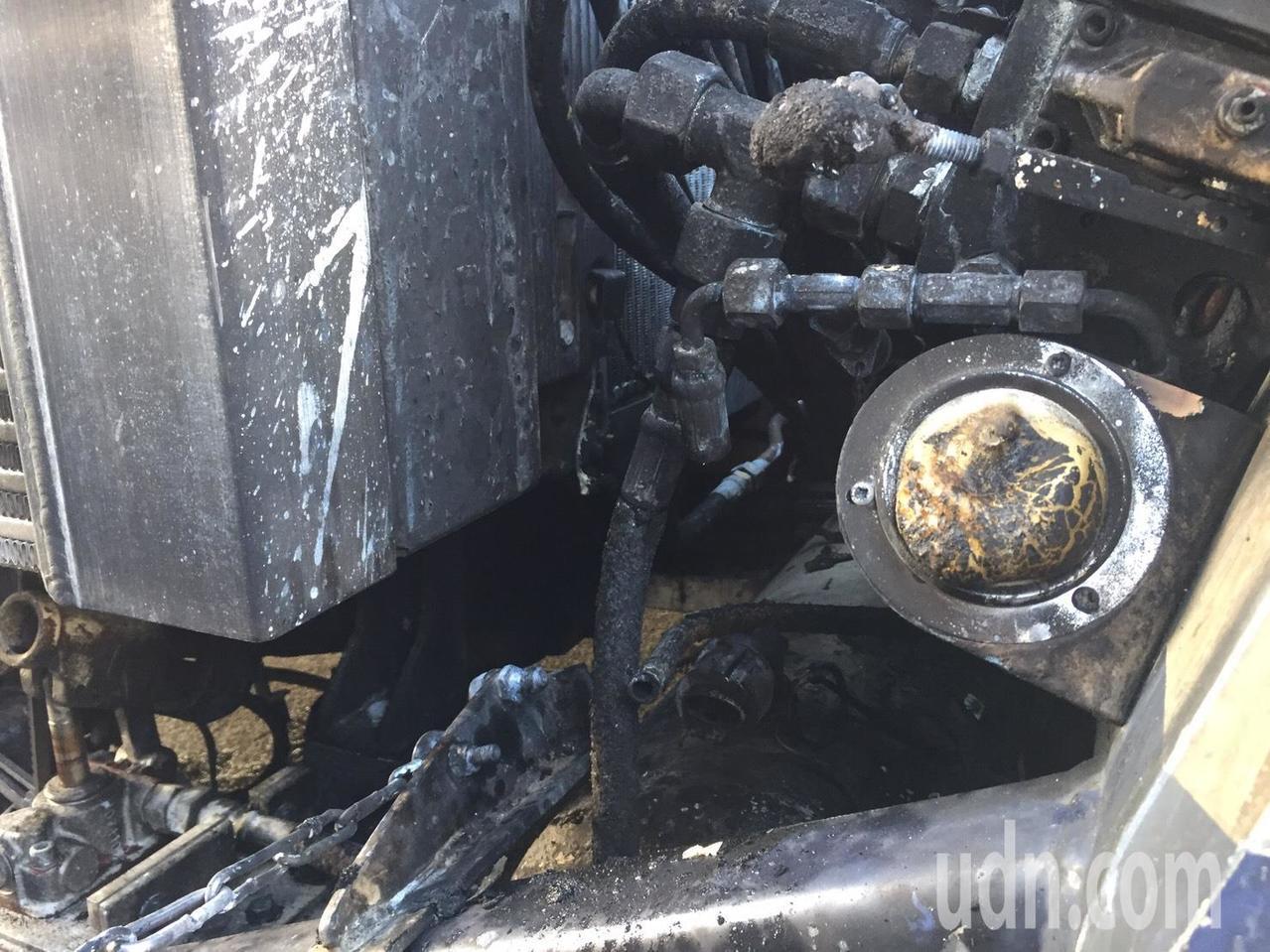 桃園航勤拖車發生液壓油滲漏起火事件,初步檢查疑似液壓油(如圖)滲漏引起,已經對所...
