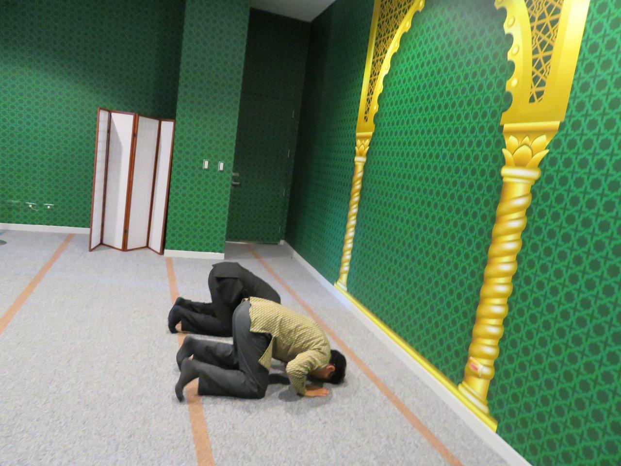 故宮南院上午啟用國內博物館第一間穆斯林祈禱室,前台北清真寺教長馬孝棋(右)帶沙烏...