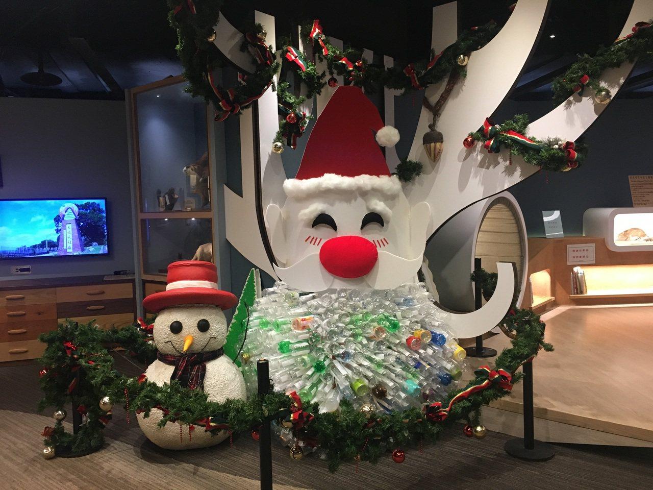 科教館使用寶特瓶及回收廢材、製作環保版本的聖誕老公公。圖/科教館提供
