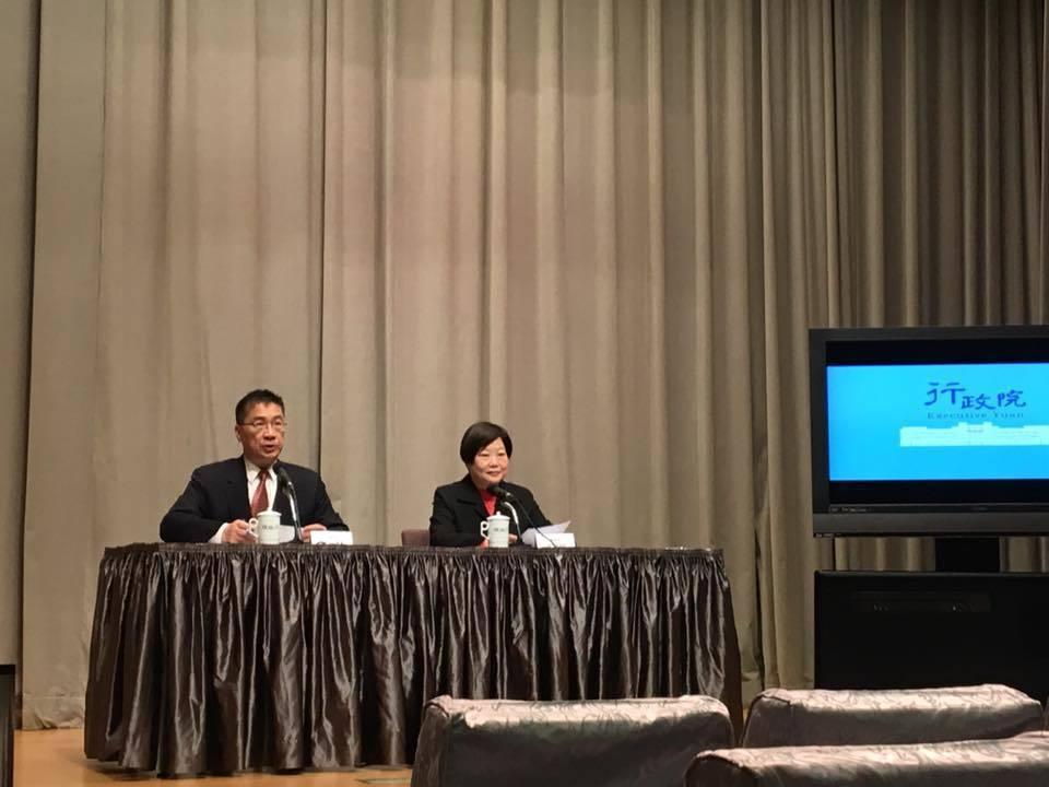 勞動部長林美珠、行政院發言人徐國勇舉行記者會說明勞基法修法。記者周佑政/攝影