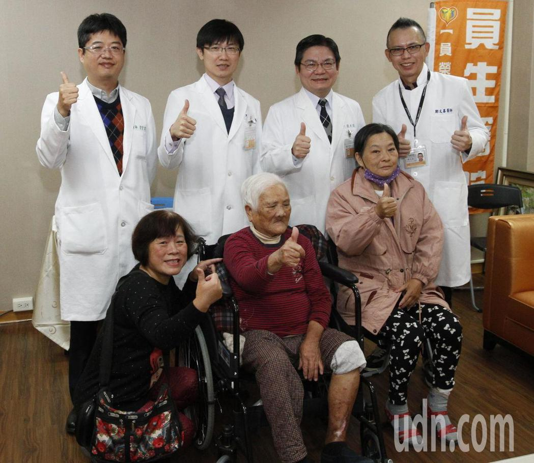 糖尿病患傷口不易癒合,面臨被截肢的危機,在員生醫療團隊搶救下,保住了腳。記者林宛...