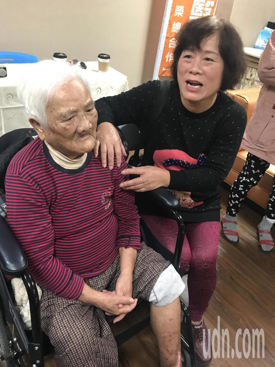 90歲糖尿病患老太太的腿因撞到輪椅,傷口無法癒合,也是靭帶潰爛外露,差點要截肢,...