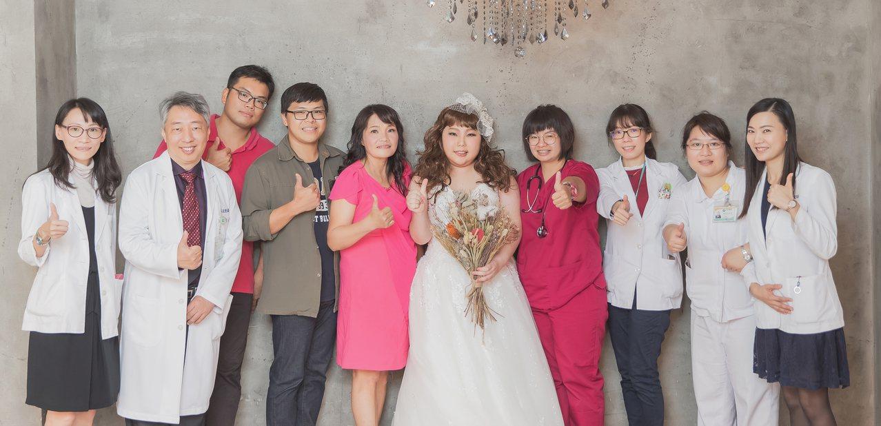 癌症末期的小怡(中)在家人和醫護人員幫助下,完成拍婚紗照的願望,讓她露出幸福的笑...