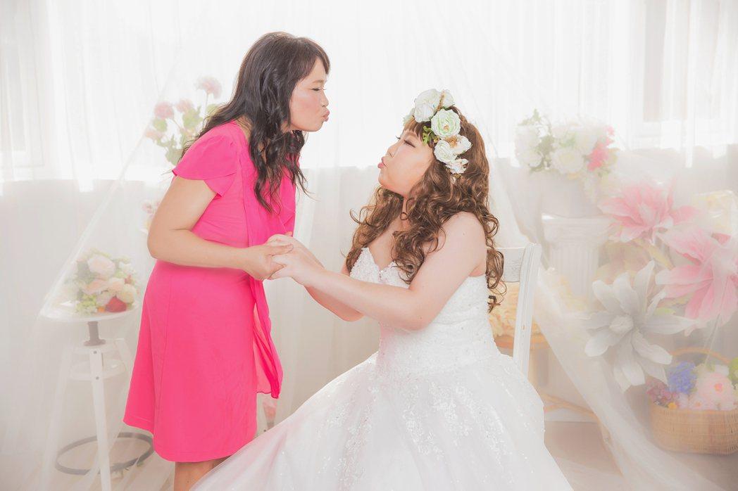 癌症末期的小怡(右)在家人和醫護人員幫助下,完成拍婚紗照的願望,媽媽就是她最好的...