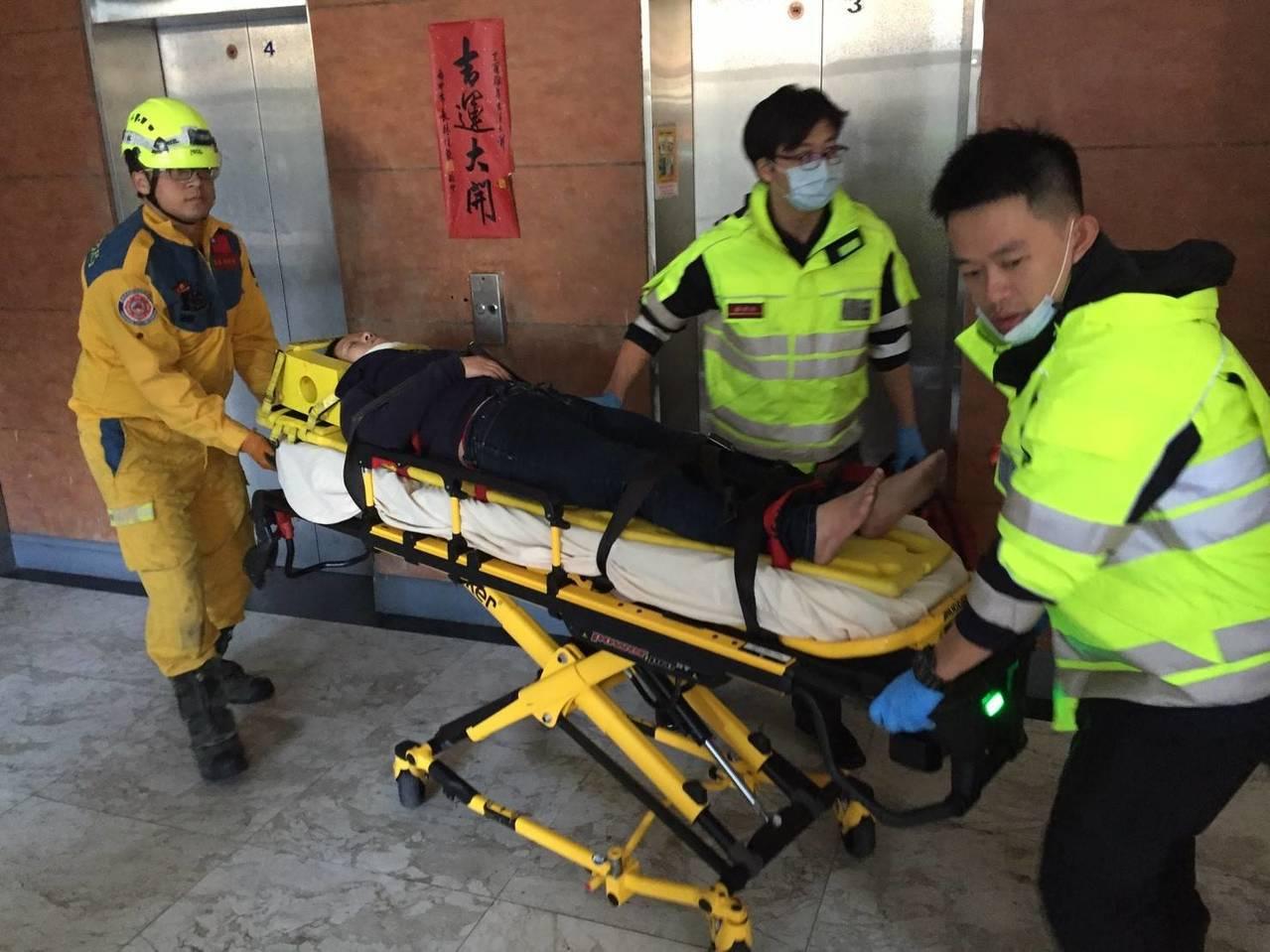 台中市北區謝姓女子今天中午與男友吵架後跳樓,卡在3樓鐵皮屋雨遮,她被警消送往中國...