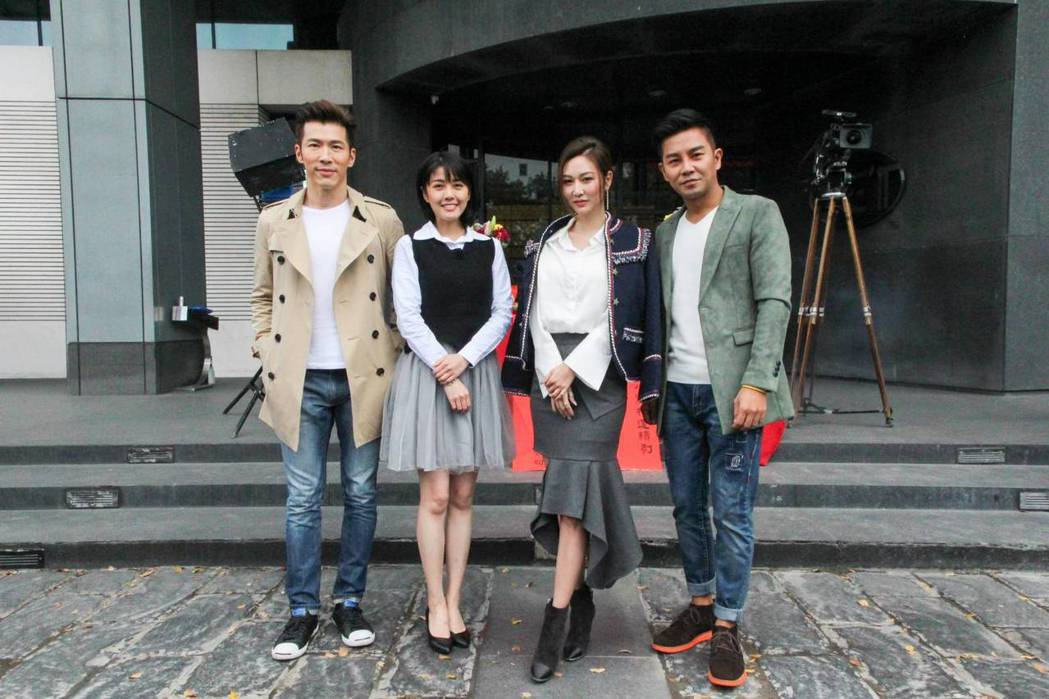 三立新八點「金家好媳婦」開鏡,韓瑜(左二)和曾莞婷兩大女神現身。圖/三立台劇臉書
