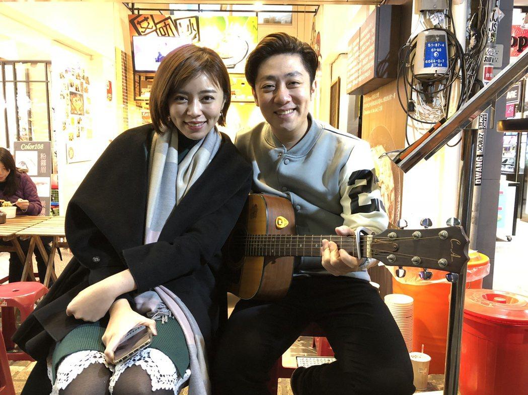 王瞳(左)和艾成在自家店門口直播唱情歌  圖/民視提供