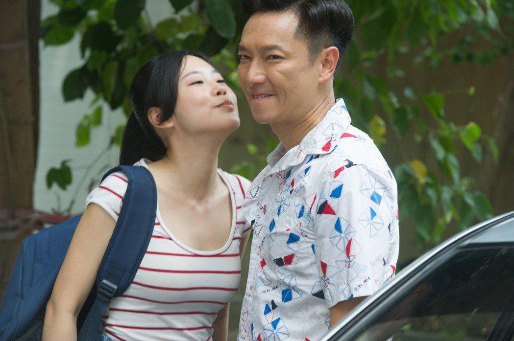 孔令元(左)親吻謝祖武  圖/緯來電影台提供